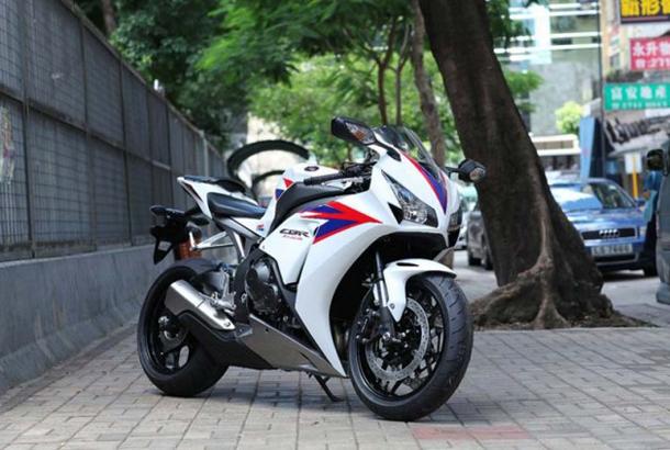 2012 Honda CBR1000RR leak 12 635x4231 Vídeo e fotos revelam a Honda CBR 1000 RR Fireblade 2012