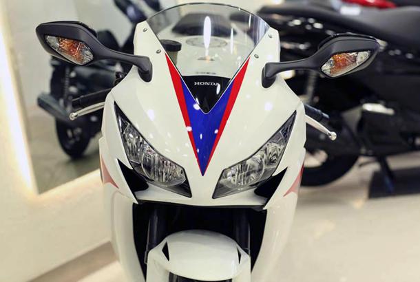 2012 honda cbr1000rr leak 6 Vídeo e fotos revelam a Honda CBR 1000 RR Fireblade 2012
